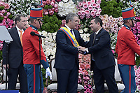 BOGOTÁ - COLOMBIA, 07-08-2018: Ivan Duque, saluda a Alejandro Chacon presidente de la cámara de respresentantes, durante la toma de posesión como presidente de Colombia para el período constitucional 2018 - 22 durante ceremonia en la Plaza Bolívar el 7 de agosto de 2018 en Bogotá, Colombia. / Ivan Duque, shakes hands with Alejandro Chacon, president of camera of representatives, during the ceremony to take office to constitutional term as president 2018 - 22 at Plaza Bolivar on August 7, 2018 in Bogota, Colombia. Photo: VizzorImage/ Gabriel Aponte / Staff