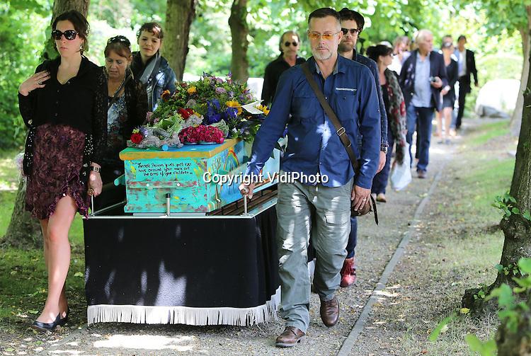 Foto: VidiPhoto<br /> <br /> HEELSUM &ndash; De bekende beeldend kunstenaar Jits Bakker is donderdag -een week na zijn overlijden- in familiekring ter aarde besteld op de begraafplaats bij het hervormde kerkje van Heelsum, een laatste wens van Bakker. De door zijn familie beschilderde kist werd in de Landrover van Jits van zijn atelier in De Bilt, langs diverse van zijn kunstwerken in Utrecht en Gelderland, naar Heelsum gereden. Daar werd hij na een korte ceremonie begraven. Donderdag 5 juni overleed Bakker in zijn atelier in Wageningen. Hij is 76 jaar geworden. Zijn beelden zijn wereldwijd geplaatst. Ook het Nederlandse koningshuis heeft diverse kunstwerken van Jits.
