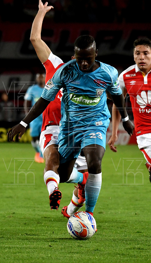BOGOTA - COLOMBIA - 25 - 02 - 2018: Anderson Plata (Izq.) jugador de Independiente Santa Fe, disputa el balón con Deiner Quiñonez (Der.) jugador de Jaguares F. C., durante partido de la fecha 5 entre Independiente Santa Fe y Jaguares F. C., por la Liga Aguila I 2018, en el estadio Nemesio Camacho El Campin de la ciudad de Bogota. / Anderson Plata (L) player of Independiente Santa Fe struggle for the ball with Deiner Quiñonez (Der.) jugador de Jaguares F. C., during a match of the 5th date between Independiente Santa Fe and Jaguares F. C., for the Liga Aguila I 2018 at the Nemesio Camacho El Campin Stadium in Bogota city, Photo: VizzorImage / Luis Ramirez / Staff.