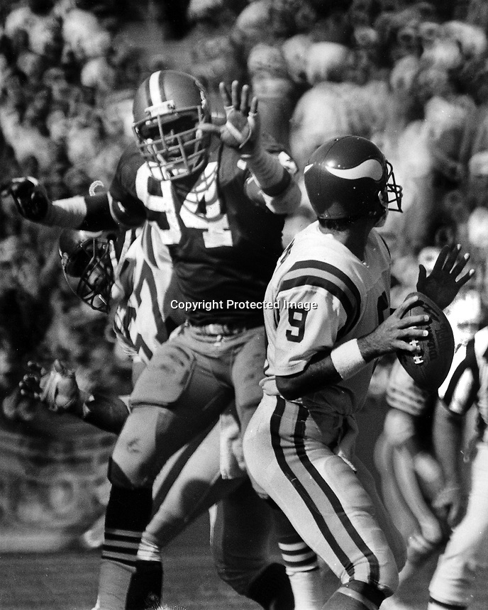 Minnesota Vikings quarterback Tommy Krammer rushed by San Francisco 49er Justin Smith. (1986 photo/Ron Riesterer)