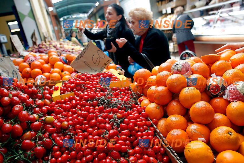 Roma 30-04-2016 Virginia Raggi visita il quartiere Prenestino ed il mercato coperto di via della Primavera.<br /> Rome 30th April 2016. The candidate Mayor of Rome for Movement 5 Stars visits the market of Prenestino quarter.<br /> Photo Samantha Zucchi Insidefoto
