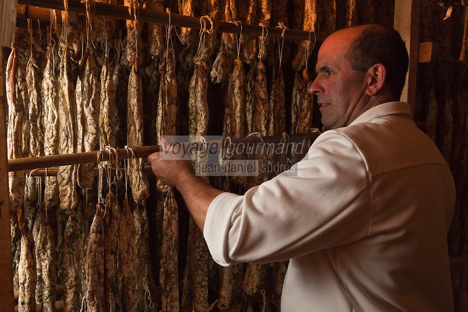 Europe/France/Aquitaine/64/Pyrénées-Atlantiques/Béarn/env de Pau/Gan: Jacky Léris, artisan charcutier surveille le séchage des ses  andouilles béarnaises  à l'ancienne.  L'andouille béarnaise est le produit typique de la région. Elle est exclusivement constituée de panses de porcs dégraissées et bien assaisonnées. Charcuterie: Crouzeilles-Léris [Autorisation : A12-3001]
