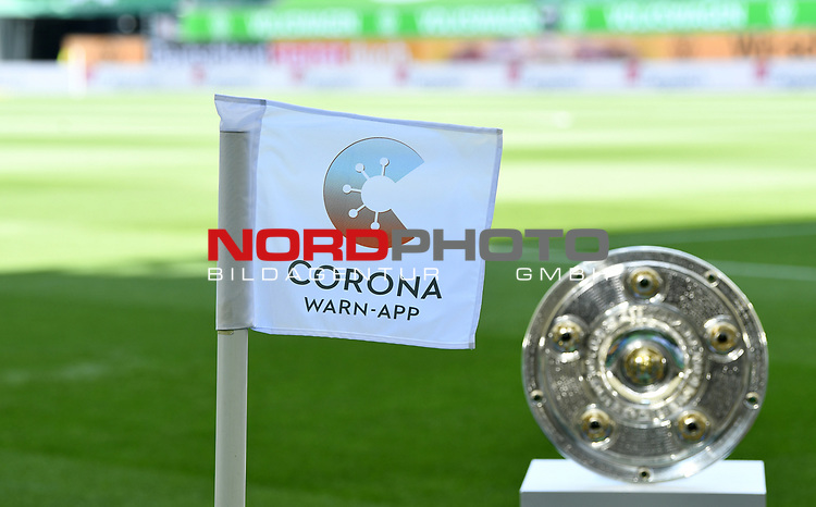 Meisterschale in der Volkswagen Arena, Eckfahne mit der neuen Corona Warn-App fuer die Mobiltelefone<br />