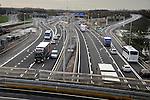 UTRECHT - Per 1 december is het door bouwcombinatie Trajectum Novum gebouwde Marinus van Tyrusviaduct (onderaan te zien)over de verbrede snelweg A2 (zichtbaar richting Den Bosch) opengesteld voor het verkeer. Het V-vormige viaduct dat in opdracht door Rijkswaterstaat in samenwerking met de gemeente Utrecht is gebouwd, gaat het nieuwe bedrijventerrein Strijkviertel en het nog te ontwikkelen woongebied Rijnvliet aan de westzijde, verbinden met het bestaande huidige bedrijvenpark Papendorp ten oosten van de snelweg. Terwijl (vracht)auto's en bussen al gebruik maken van de zuidelijke arm van het viaduct moet de noordelijke tak voor fietsers en voetgangers nog afgebouwd worden. COPYRIGHT TON BORSBOOM
