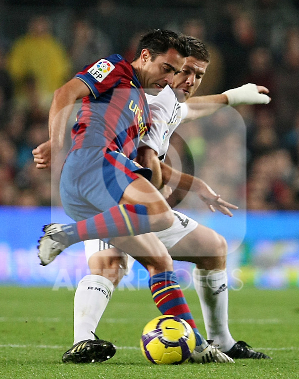 FC Barcelona's Xavi Hernandez and Real Madrid's Xabi Alonso during La Liga match.November 29 2009. (ALTERPHOTOS/Acero).