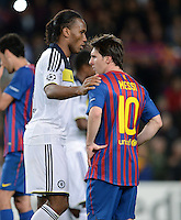 FUSSBALL   CHAMPIONS LEAGUE SAISON 2011/2012   HALBFINALE   RUECKSPIEL        FC Barcelona - FC Chelsea       24.04.2012 Didier Drogba (li, FC Chelsea) troestet Lionel Messi (re, Barca)