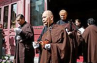 Nederland Amsterdam. 2016. Boeddhadag in Amsterdam. Viering van de geboorte van Boeddha. Voor aanvang verzamelt men zich bij de Chinese F.G.S He Hua Temple op de Zeedijk. Foto Berlinda van Dam / Hollandse Hoogte