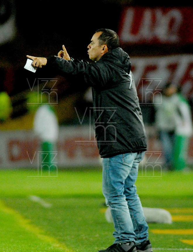 BOGOTA - COLOMBIA - 24-04-2016: Jaime de la Pava, técnico de Cortulua, durante partido por la fecha 6 entre Independiente Santa Fe y Cortulua, de la Liga Aguila I-2016, en el estadio Nemesio Camacho El Campin de la ciudad de Bogota.  / Jaime de la Pava, coach of Cortulua, during a match of the 6 date between Independiente Santa Fe and Cortulua, for the Liga Aguila I -2016 at the Nemesio Camacho El Campin Stadium in Bogota city, Photo: VizzorImage / Luis Ramirez / Staff.