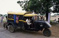 INDIA Madhya Pradesh , three wheeler Bajaj Tempo used as taxi in rural areas , built until 2000 at Bajaj factory / INDIEN, dreiraedriges Automobil Bajaj Tempo Hanseat genutzt als Sammeltaxi , ab 1962 bei Bajaj hergestellt, das Tempo war ein joint venture zwischen Bajaj und der Hamburger Firma Vidal und Sohn, die den Tempo Hanseat entwickelt haben