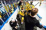 Stockholm 2014-11-16 Ishockey Hockeyallsvenskan AIK - IF Bj&ouml;rkl&ouml;ven :  <br /> AIK:s Yared Hagos har problem med sin hj&auml;lm under matchen mellan AIK och IF Bj&ouml;rkl&ouml;ven och f&aring;r hj&auml;lp att byta av en av AIK:s materialf&ouml;rvaltare<br /> (Foto: Kenta J&ouml;nsson) Nyckelord:  AIK Gnaget Hockeyallsvenskan Allsvenskan Hovet Johanneshov Isstadion Bj&ouml;rkl&ouml;ven L&ouml;ven IFB