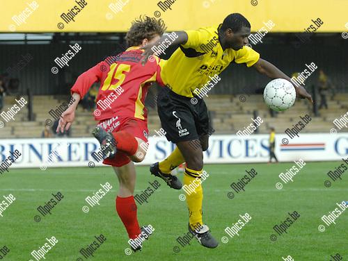 2007-10-21 / Voetbal / K. Berchem Sp. - KFC Evergem-Center / Ousmane Sanou van Berchem (rechts) wint het kopduel van Nicolas Verdegem van Evergem