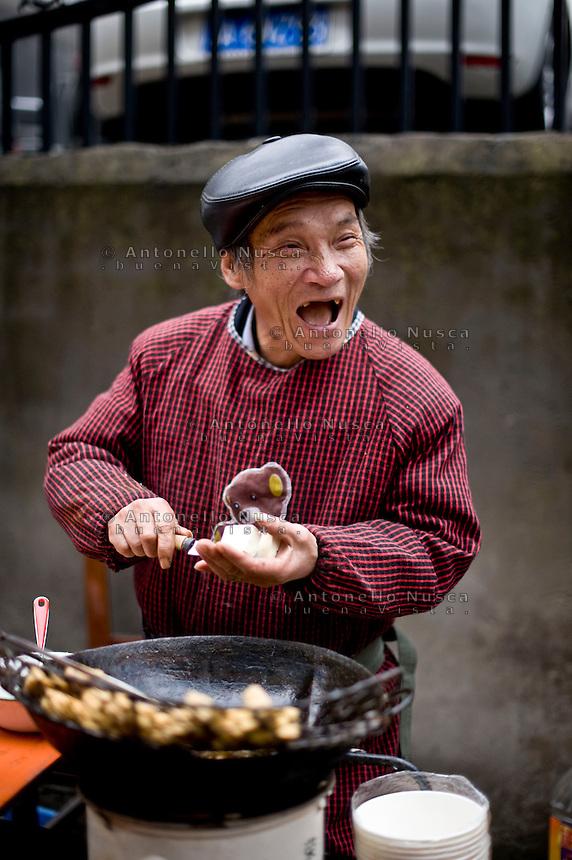 Un venditore di tofu nel centro di Hangzhou.<br /> A stinky tofu seller in the cenetr of city