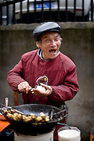 Un venditore di tofu nel centro di Hangzhou.<br /> A stinky tofu seller in the cenetr of city