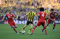 FUSSBALL  CHAMPIONS LEAGUE  SAISON 2012/2013  FINALE  Borussia Dortmund - FC Bayern Muenchen         25.05.2013 Marco Reus (Borussia Dortmund) gegen die Bayern Franck Ribery, Dante und Javier Javi Martinez (v.l, alle FC Bayern Muenchen)