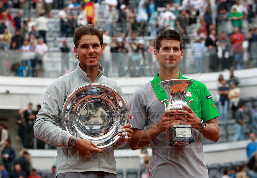 Il serbo Novak Djokovic posa con lo spagnolo Rafael Nadal, a sinistra, dopo averlo sconfitto nella finale maschile degli Internazionali d'Italia di tennis a Roma, 18 maggio 2014.<br /> Serbia's Novak Djokovic poses with Spain's Rafael Nadal, left, after beating him in the men's final match of the Italian open tennis tournament, in Rome, 18 May 2014.<br /> UPDATE IMAGES PRESS/Isabella Bonotto