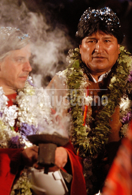Evo Morales, candidato presidencial por el  MAS (Movimiento Al Socialismo)  y el candidato a vicepresidente Alvaro Garcia Lineras reciben un saumerio, ceremonia ritual andino  durante el cierra de campana en La Paz.*Evo Morales, presidential candidate for the Movement Towards Socialism (MAS) and vicepresident candidate Alvaro Garcia lineras, receive a ritual indian blesing during the closing campaign rally in La Paz.