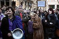 Milano: Il Popolo Viola protesta a Milano con pentole e coperchi per chiedere le dimissioni di Silvio Berlusconi..Milan: Popolo Viola protest in Milan with pots and covers asking the resign of Berlusconi