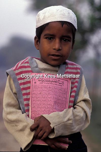 Bangladesh, Dhaka, 15 Januari 1991..Moslim school jongen op weg naar de religieuze school...Muslim schoolboy on his way to the religious school..Photo by Kees Metselaar