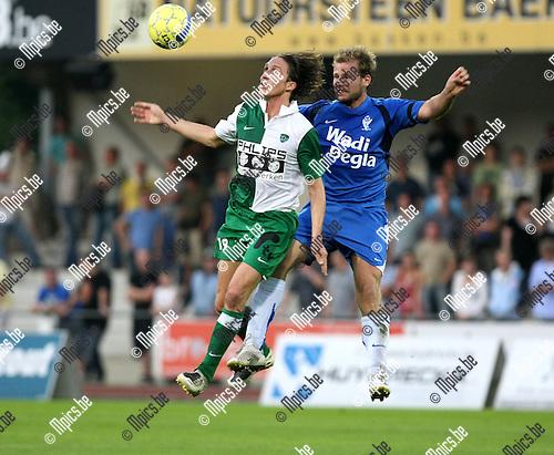 2008-08-30 / Voetbal / KV Turnhout - RC Mechelen / Nathan Axford (L, RCM) met Tom Moons in de rug..Foto: Maarten Straetemans (SMB)