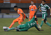 ENVIGADO -COLOMBIA, 18-10-2019: Cristian Arrieta de Envigado disputa el balón con Andres Murillo de Equidad durante partido por la fecha 18 de la Liga Águila II 2019 entre Envigado FC y La Equidad jugado en el Polideportivo Sur de la ciudad de Envigado. / Cristian Arrieta of Envigado fights for the ball with Andres Murillo of Equidad during match for the date 18 of the Aguila League II 2019 between Envigado FC and La Equidad played at Polideportivo Sur in Envigado city city.  Photo: VizzorImage/ León Monsalve / Cont