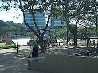 Rio de Janeiro(RJ) 30.06.2012.Amanhecer no Rio. O dia amanheceu com sol,movimentação na Praça Saiqui,no Bairro de Vila Valqueire,Zona Oeste do Rio de Janeiro.Foto:ARION MARINHO/BRAZIL PHOTO PRESS