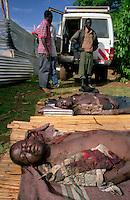 ALOKULUM / GULU / NORD UGANDA.I CORPI DI DUE UOMINI UCCISI DAI RIBELLI DELL'LRA VENGONO RICOMPOSTI E PREPARATI PER LA TUMULAZIONE..FOTO LIVIO SENIGALLIESI..ALOKULUM / GULU/ NORTH UGANDA.BODIES OF TWO VICTIMS KILLED BY LRA GUERRILLA. .PHOTO LIVIO SENIGALLIESI