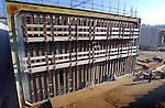 BARENDRECHT - In Barendrecht worden in de diepste bouwput van Nederland, de eerste HSL-afzinktunnels afgewerkt. Hoewel nog niet alle betonbakken (14)klaar zijn, worden de eerst tunnelbakken, die later per schip drijvend naar hun bestemming worden gebracht, al dicht gemaakt. In de tunnelmoten zijn mini-zwembaden gebouwd die later het drijfvermogen bepalen..De eerste drijvende betonbakken moeten over ruim een half jaar naar hun bestemming gesleept worden, nadat de dijk langs de rivier is doorgestoken. Later wordt hier mogelijk de Tweede Coentunnel gebouwd. COPYRIGHT TON BORSBOOM