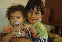 ITALIA Torino  Campo nomadi Rom  (Campo dell'Arrivore, 2001) bambini