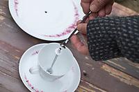 """Futterhäuschen, Futterplatz aus Porellan-Geschirr, Kaffeegeschirr selber basteln, einen attraktives Vogelfutter-Häuschen aus einen ausgedienten Kaffeservice und einer Etagere basteln. Schritt 4: die zweite Gewindestange der Etagere von oben in die erste Gewindestange drehen. Vogelfutter selbst herstellen, Vogelfutter selber machen, Vogelfutter selbermachen, Vogelfütterung, Fütterung, bird's feeding, """"upcycling, Wiederverwertung"""","""