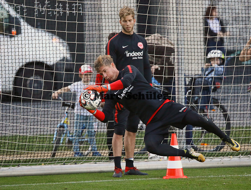 Torwart Jan Zimmermann (Eintracht Frankfurt) hat den Ball, Torwart Felix Wiedwald (Eintracht Frankfurt) sieht zu - 10.10.2018: Eintracht Frankfurt Training, Commerzbank Arena, DISCLAIMER: DFL regulations prohibit any use of photographs as image sequences and/or quasi-video.