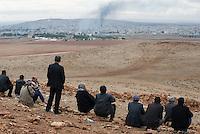 TURKEY, Suruc,10 km away from syrian border and from IS Islamic state besieged town Kobani, Kurds watch from mountain to battle and bombings in Kobani / TUERKEI, Suruc, 10 km entfernt von der syrischen Grenze und der vom IS belagerten Stadt Kobani, Kurden schauen von einer Anhoehe auf Kobani
