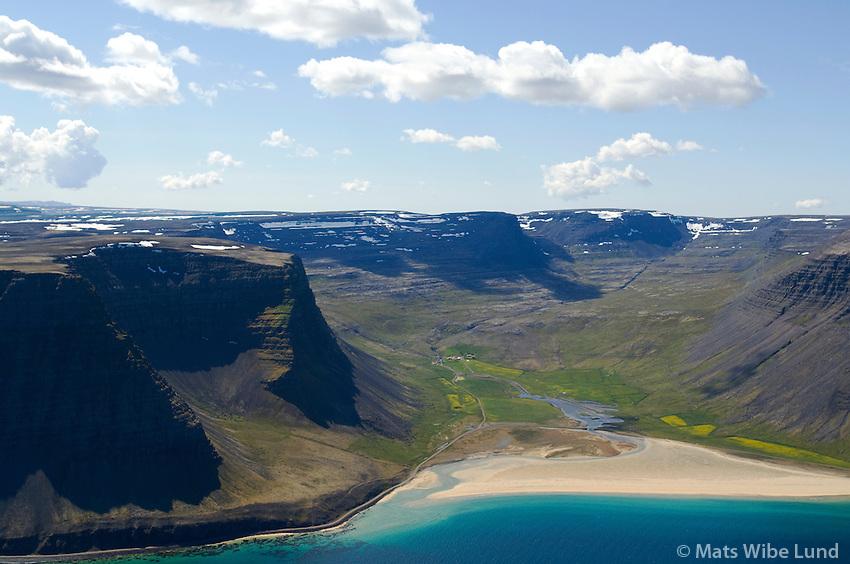 Hvestudalur; Fremri-Hvesta, Neðri-Hvesta, ströndin Vaðall, Hvestunúpur til vinstri, Arnarfjörður séð til suðurs. Vesturbyggð áður  Ketildalahreppur / Hvestudalur; Fremri-Hvesta, Nedri-Hvesta, the beach; Vadall, Arnarfjordur, mount Hvestunupur left. Viewing south. Vesturbyggd former Ketildalahreppur