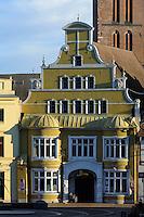 Löwenapotheke und St.Nikolai, 14.Jh. in Wismar, Mecklenburg-Vorpommern, Deutschland, UNESCO-Weltkulturerbe