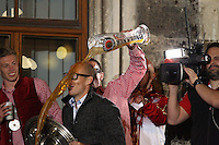 10.05.2014, Marienplatz, Muenchen, GER, 1. FBL, FC Bayern Muenchen Meisterfeier, im Bild Bierdusche auf dem Rathausbalkon Arjen Robben #10 (FC Bayern Muenchen), haelt die Meisterschale in der Hand // during official Championsparty of Bayern Munich at the Marienplatz in Muenchen, Germany on 2014/05/11. EXPA Pictures © 2014, PhotoCredit: EXPA/ Eibner-Pressefoto/ Kolbert<br /> <br /> *****ATTENTION - OUT of GER***** <br /> Football Calcio 2013/2014<br /> Bundesliga 2013/2014 Bayern Campione Festeggiamenti <br /> Foto Expa / Insidefoto
