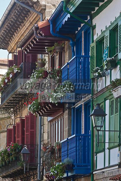 Europe/Espagne/Pays Basque/Guipuscoa/Fontarrabie: Maisons  à balcon et chevet de léglise Notre-Dame-de-l'Assomption