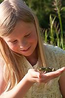 Mädchen, Kind beobachtet Teichfrosch, mit Frosch auf der Hand, Teich-Frosch, Grünfrosch, Frosch, Frösche, Pelophylax esculentus, Rana kl. esculenta, European edible frog