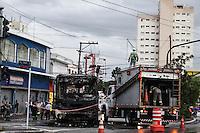 SÃO PAULO, SP, 03.03.2016- INCÊNDIO-SP - Um ônibus pegou fogo após sofrer uma pane elétrica na avenida Doutor Eduardo Cotching, na Vila Formosa, zona leste de São Paulo, nesta quinta-feira (03). Segundo o motorista, o veículo trafegava com 25 passageiros na hora do incidente, mas ninguém ficou ferido. (Foto: Marcos Moraes/Brazil Photo Press)