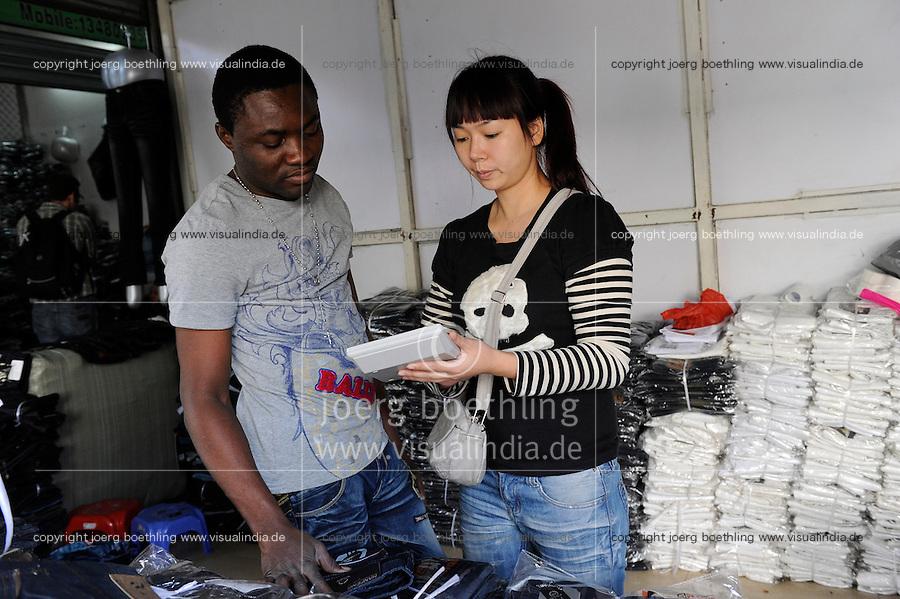 CHINA Guangzhou , african trader buy  textiles in export- and wholesale markets which the ship to Africa for their shops / CHINA , Provinz Guangdong , Metropole Guangzhou (Kanton) , Haendler aus Afrika kaufen in Grosshandels-/Exportmaerkten Textilien fuer Ihre Laeden in Afrika ein