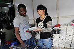 CHINA Guangzhou , african trader buy  textiles in export- and wholesale markets which the ship to Africa for their shops / CHINA , Provinz Guangdong , Metropole Guangzhou (Kanton) , Haendler aus Afrika kaufen in Grosshandels-/Exportmaerkten Textilien fuer Ihre Laeden in Afrika ein