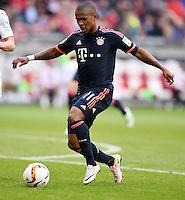 Fussball  1. Bundesliga  Saison 2015/2016  29. Spieltag  VfB Stuttgart  - FC Bayern Muenchen    09.04.2016 Douglas Costa (FC Bayern Muenchen) mit Ball