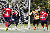 RIONEGRO - COLOMBIA -05 -04-2015: Kevin Nieto (Der.) jugador de Aguilas Doradas disputa el balón con Anthony Da Silva (Izq.) portero de Deportivo Independiente Medellin, durante partido entre Aguilas Doradas y Deportivo Independiente Medellin, por la fecha 13 de la Liga Aguila I-2015, jugado en el estadio Alberto Grisales de la ciudad de Rionegro.  / Kevin Nieto (R) player of Aguilas Doradas vies for the ball with Anthony Da Silva (L) player of Deportivo Independiente Medellin, during a match between Aguilas Doradas and Deportivo Independiente Medellin, for the date 13 of the Liga Aguila I-2015 at the Alberto Grisales Stadium in Rionegro city, Photo: VizzorImage / Leon Monsalve / Str.