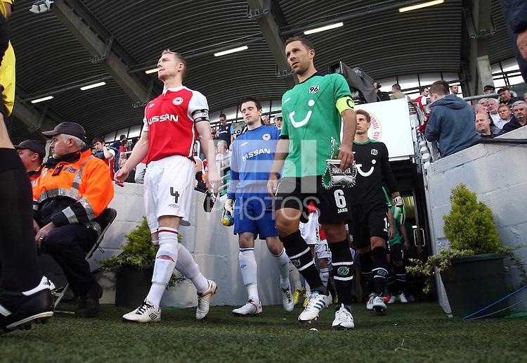 Europa League Third Qualifying Round 1st Leg, Dublin 2/8/2012.St. Patrick's Athletic vs Hannover 96.Captains Conor Kenna and Steven Cherundolo lead the teams out, Einmarsch, einlaufen,  *** Local Caption *** © pixathlon