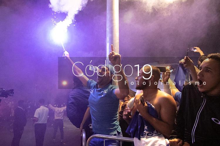 BELO HORIZONTE, MG, 11.07.2019: CRUZEIRO-ATLÉTICO-MG - Torcida recepciona time do Cruzeiro antes da partida entre Cruzeiro x Atlético-MG válida pelo jogo de ida das quartas de final da Copa do Brasil 2019, no Estadio Mineirão em Belo Horizonte, MG, na noite desta quinta feira (11) (foto Giazi Cavalcante/Codigo19)