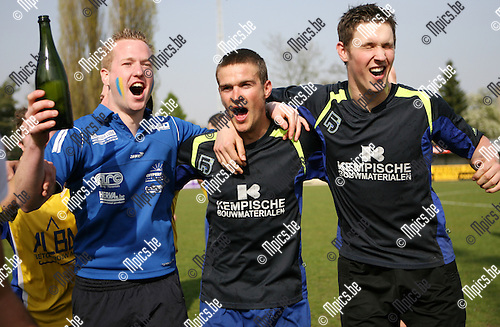 2010-04-18 / Seizoen 2009-2010 / Voetbal / Wijnegem - De Kempen / De spelers van De Kempen vieren hun kampioenschap..Foto: mpics