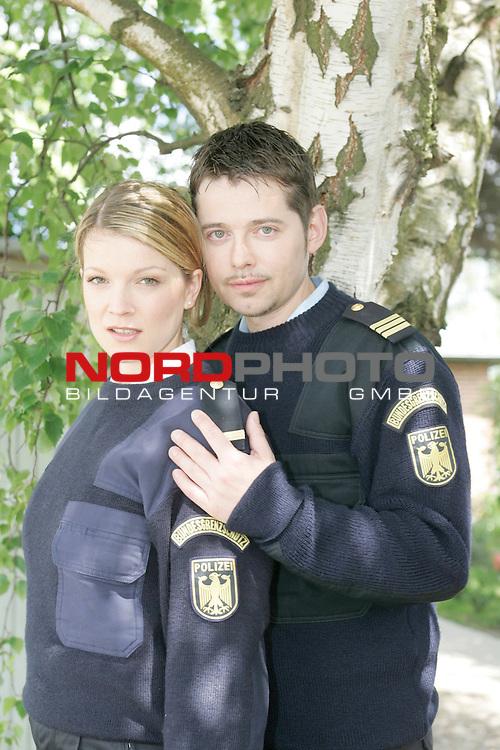 IX. Staffel der ZDF-Produktion&quot;KŁstenwache&quot;, Drehort: Neustadt in Holstein, <br /> <br /> Polizeimeister Kai Norge (Andreas Arnstedt) und die &quot;Neue&quot;,  Bootsfrau Alex Johnnson (Aline Hochscheid). <br /> <br /> <br /> Foto &copy; nordphoto / Sarbach