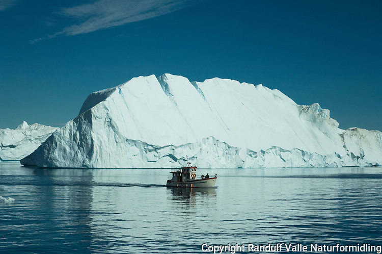 Fiskebåt og isfjell ---- Boat and iceberg