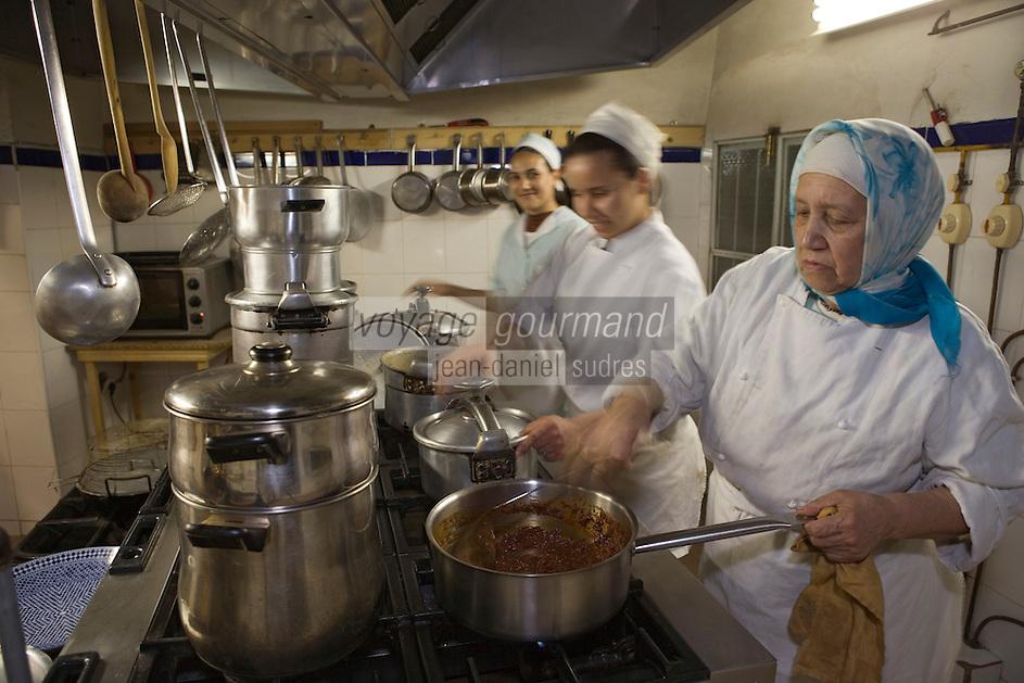 Afrique/Afrique du Nord/Maroc/Fèz: Médina de Fèz-El-Bali Riad El Ghalia en cuisine les femmes préparent le dinner [Non destiné à un usage publicitaire - Not intended for an advertising use]