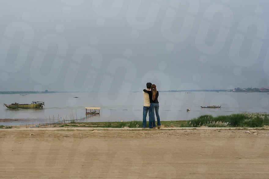 February 14, 2014 - Phnom Penh. A young couple stare at the Mekong River. © Thomas Cristofoletti / Ruom