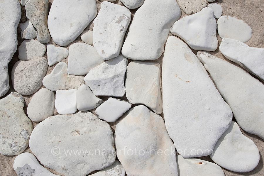 Naturkunst am Strand, Mädchen, Kind legt aus Steinen Mosaik, Steinmosaik, Strandmosaik, Strandkunst, Strandgut, Strand, Meer, Küste