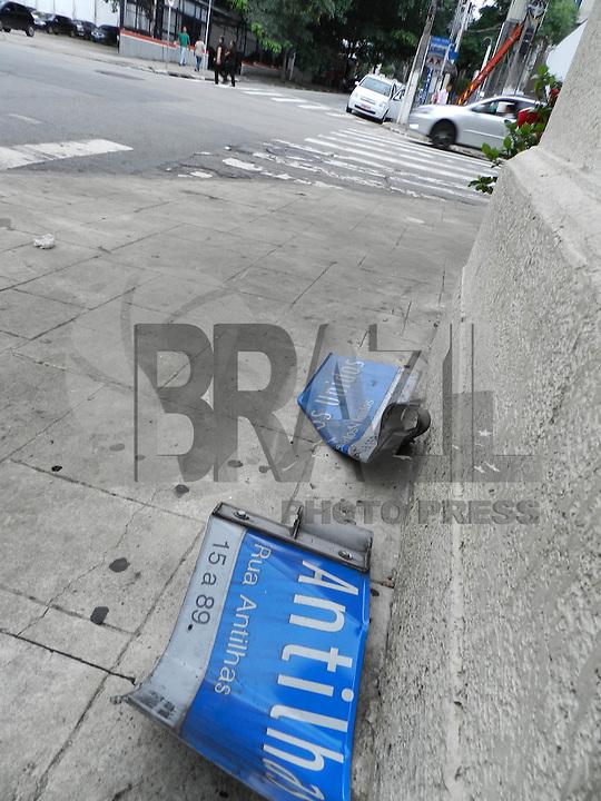 ATENCAO EDITOR: FOTO EMBARGADA PARA VEICULOS INTERNACIONAIS. - SAO PAULO - SP -  27 DE DEZEMBRO 2012. MARCAS DO ACIDENTE de ontem a noite (26) em que o motorista da Land Rover bateu em tres taxi que estavam no ponto da Rua Haddock Lobo esquina com Rua Estados Unidos.  FOTO: MAURICIO CAMARGO / BRAZI